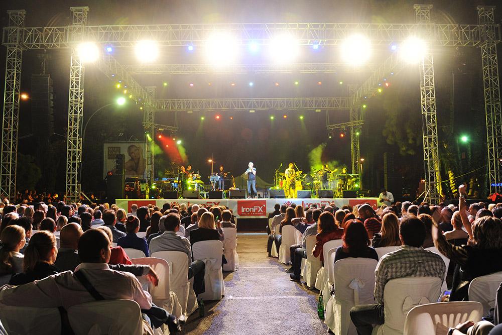 Występ Steliosa Rokkosa na Koncercie Charytatywnym IronFX. Źródło: ironfx.com